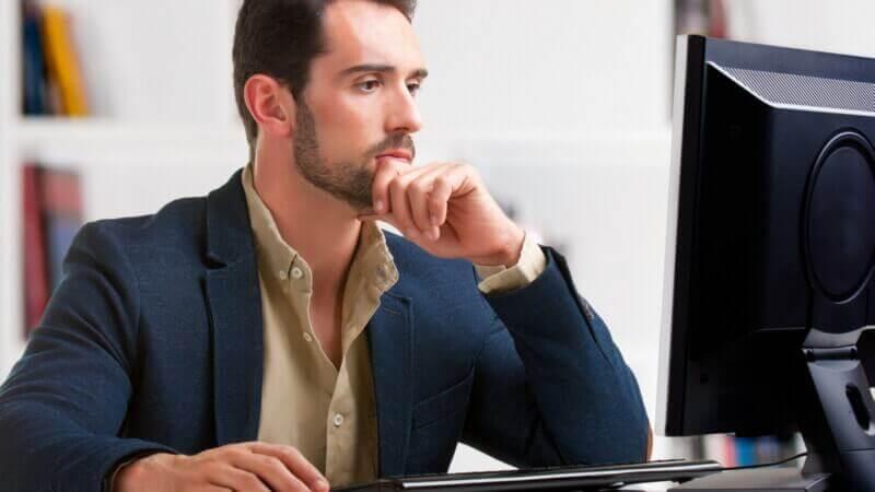 Мужчина смотрит в монитор